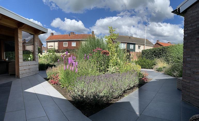 Sfeervolle en kleurrijke tuin met GeoCeramica tegels